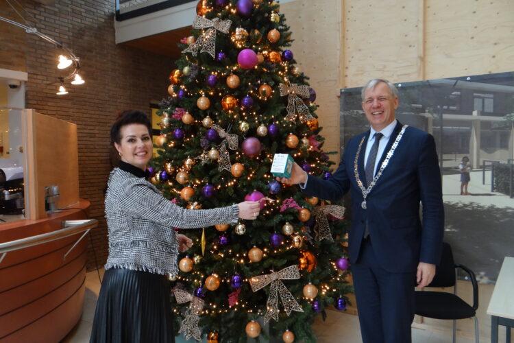 Burgemeester Visser neemt De Ruyter kerstbal in ontvangst
